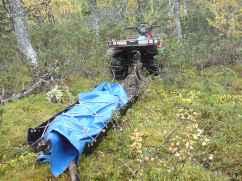 Bara fyrhjulingen tar sig igenom snåret så följer pulkan smidigt med.